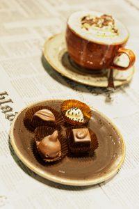 Pralinen und Kaffee