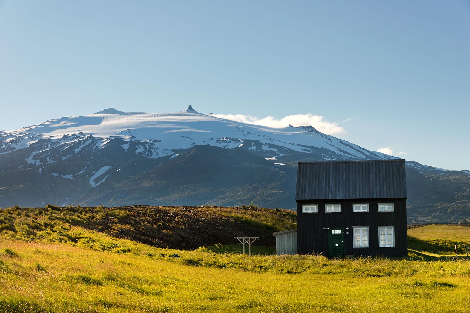 Ferienhaus Heilasteinn auf Island vor einem Berg