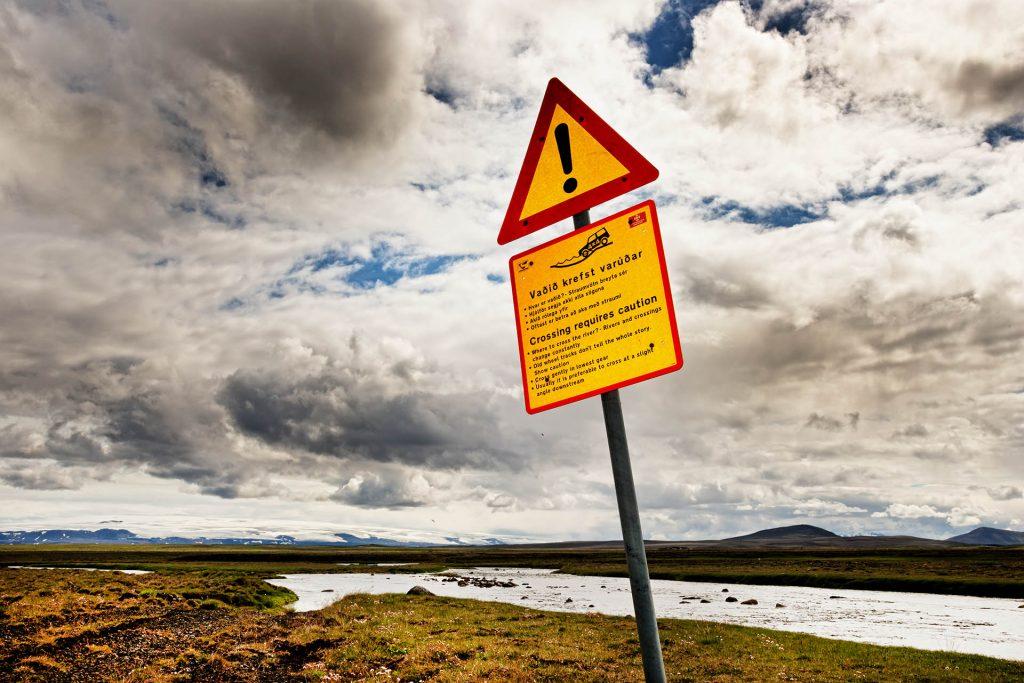 Vorsicht-Schild vor Furt in Island