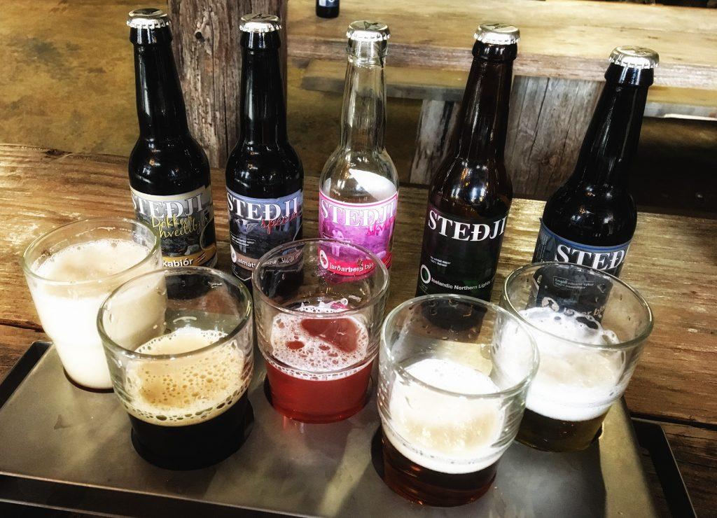 Bierauswahl in der isländischen Brauerei Steđji