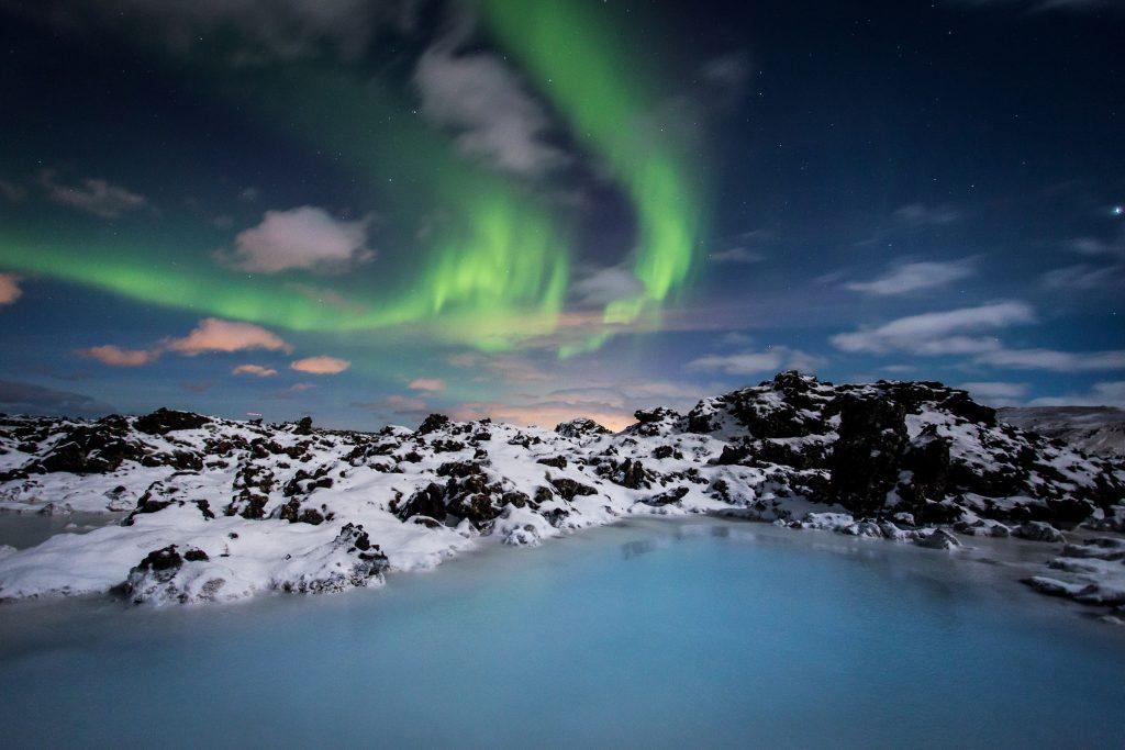 Nordlichter am Nachthimmel über der Blauen Lagune in Island