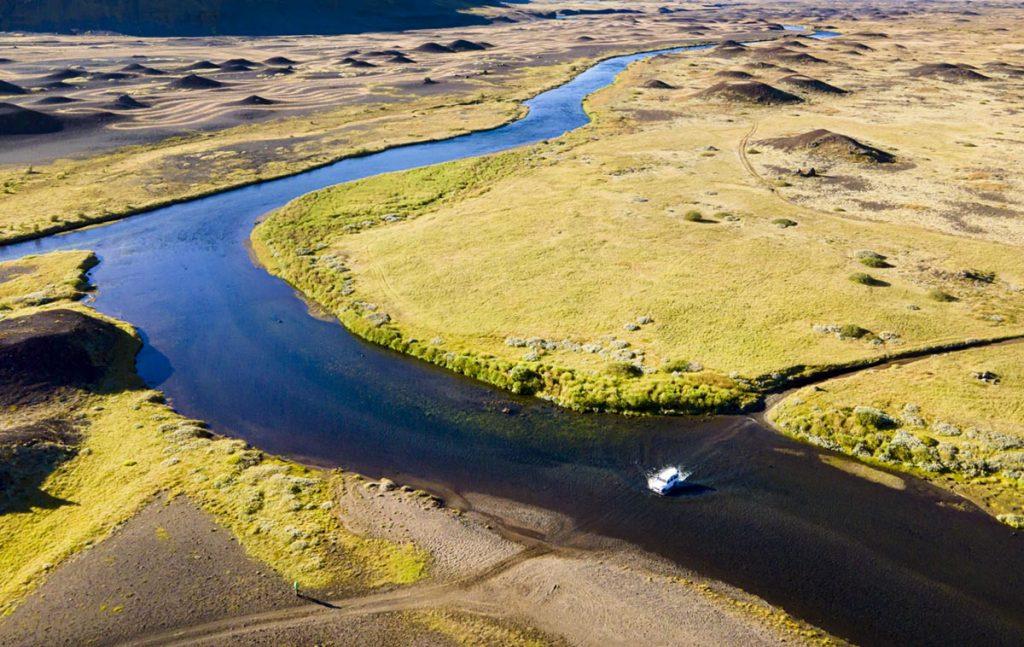 Flussdurchquerung, Hochland, Island, Drohnenaufnahme