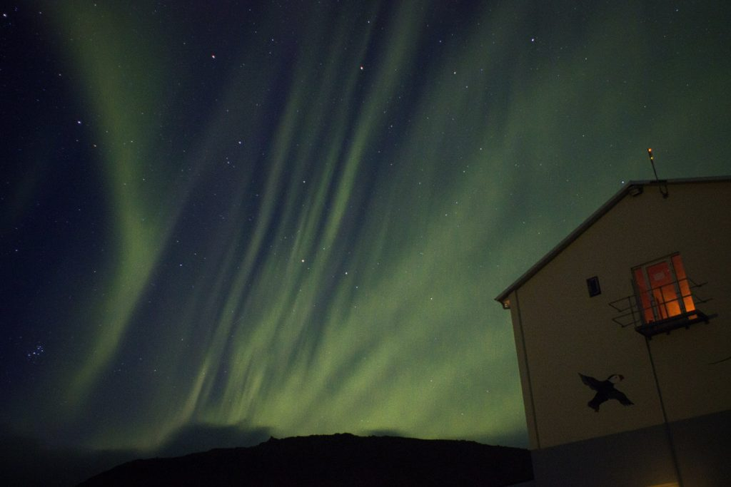 Polarlicht über Ferienhaus in Island