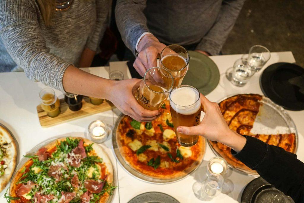 Bier und Pizza im Golden Circle in der Brauerei Ölverk