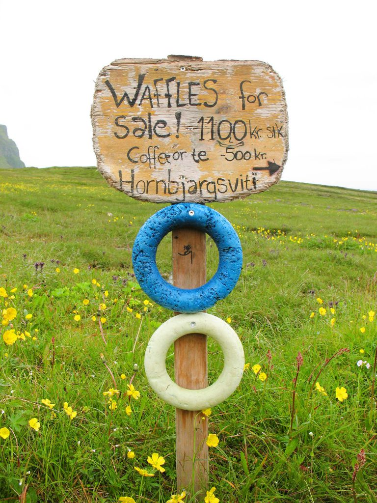 "Schild ""Waffles for Sale"" vor Wiese"