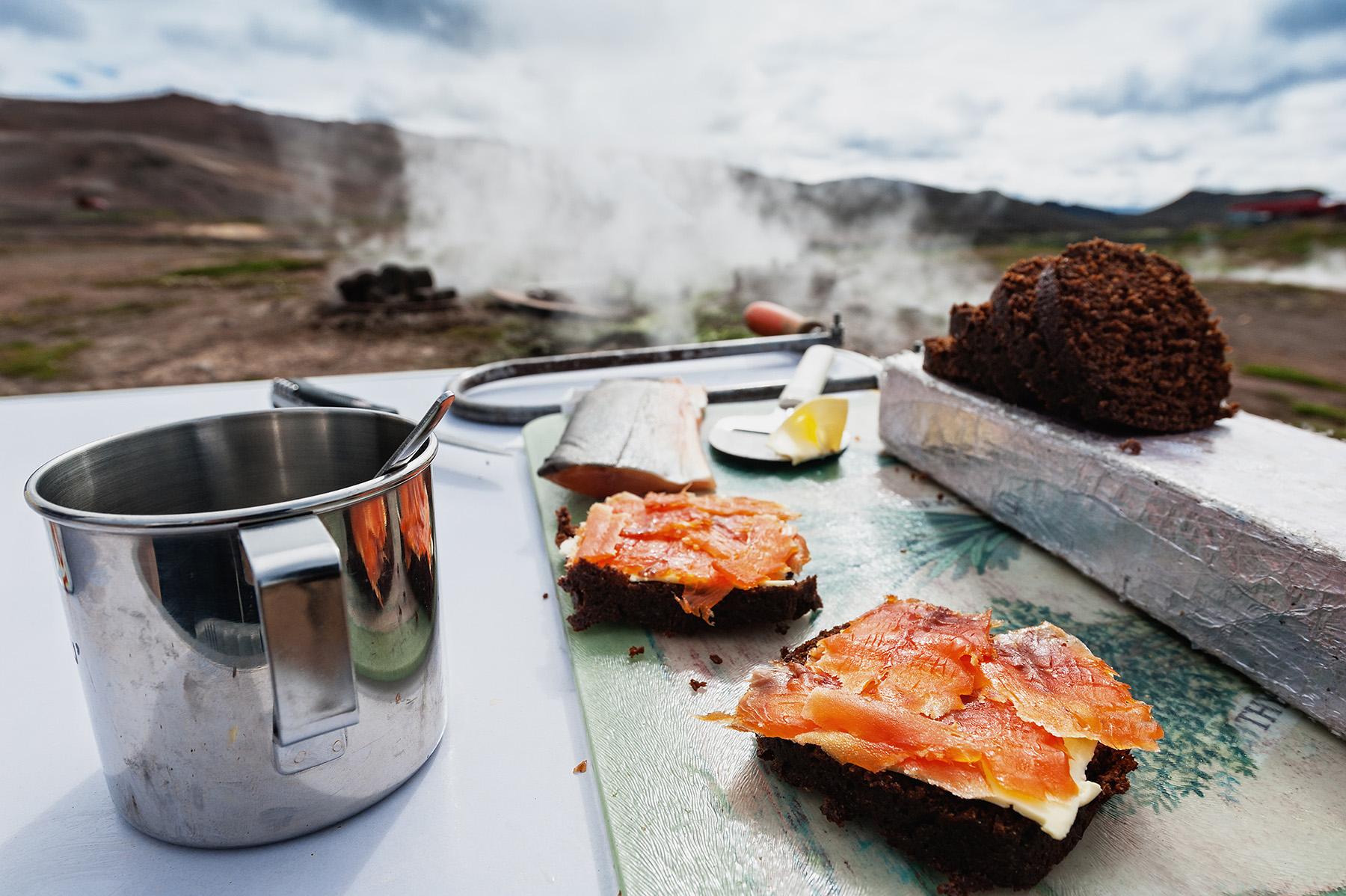 Rúgbrauð wird in Island in der Erde gebacken und mit Butter und Fisch belegt.