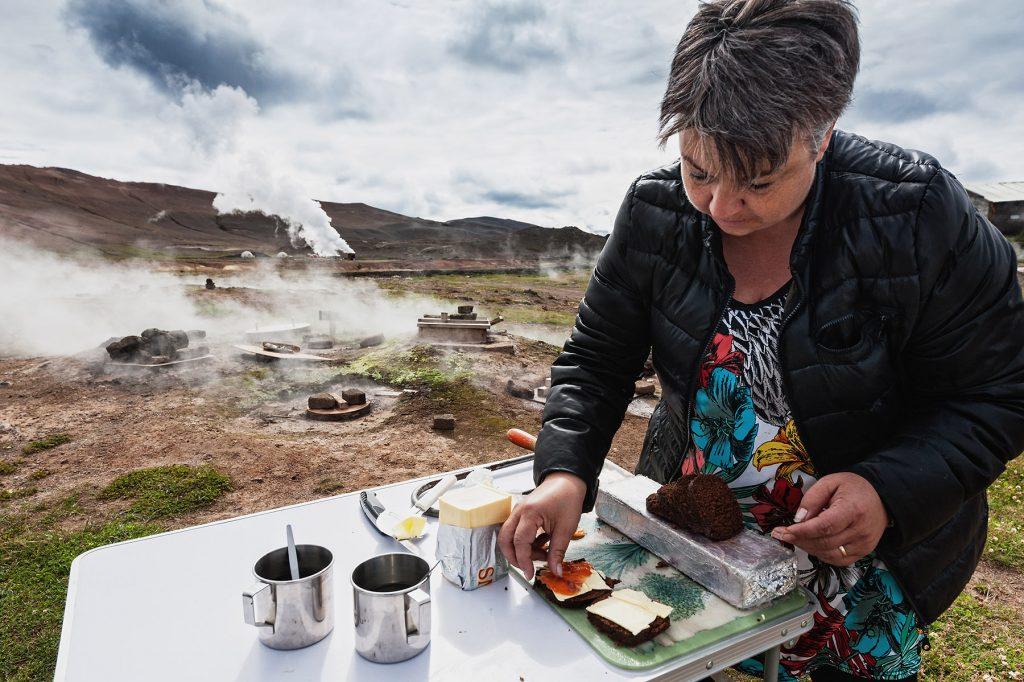 Die Isländerin Kolbrún belegt das frisch gebackene Rúgbrauð mit Butter und Fisch