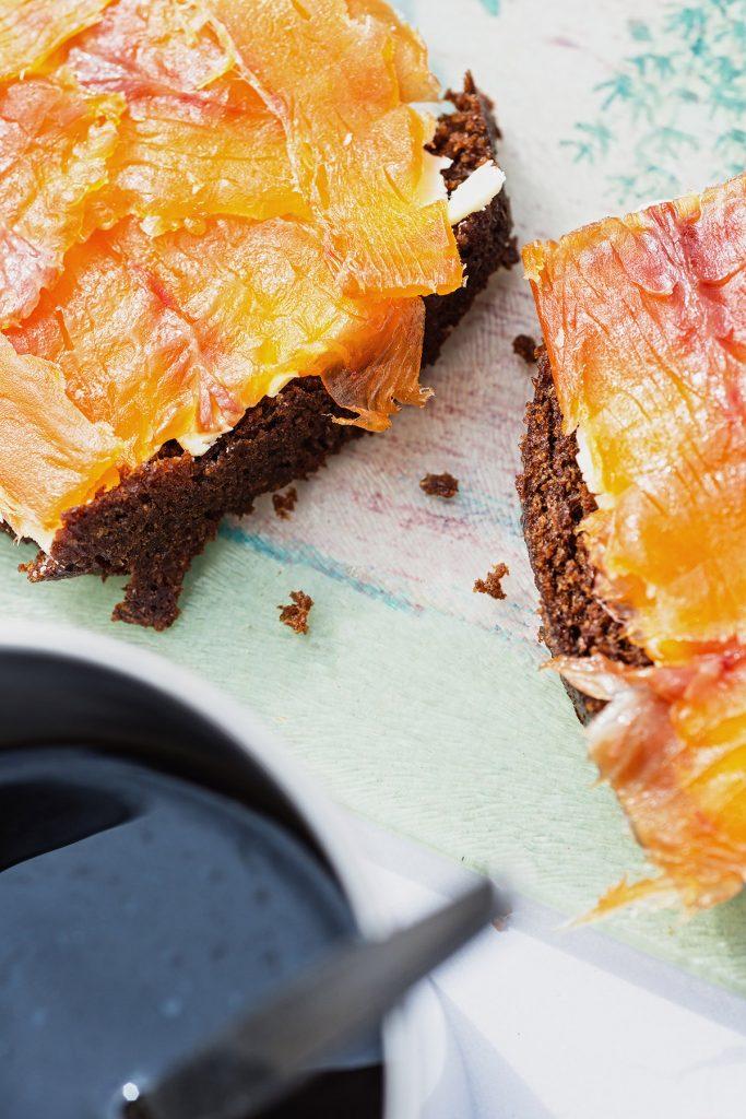 Isländisches Rúgbrauð selber backen und mit Butter und Fisch belegen