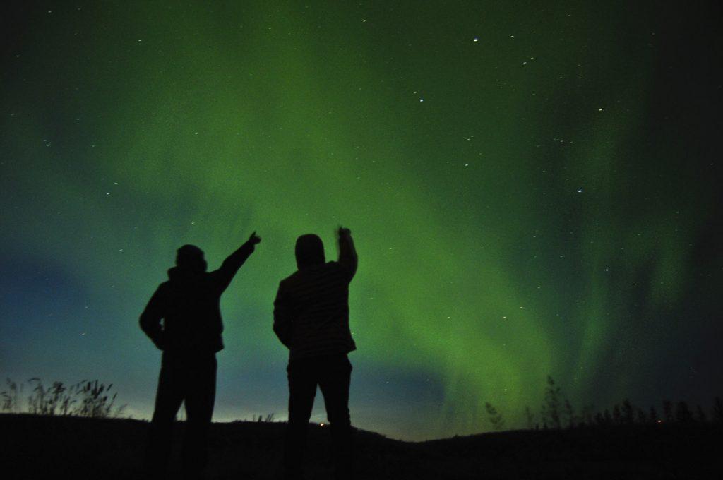 Polarlicht erhellt den Himmel.