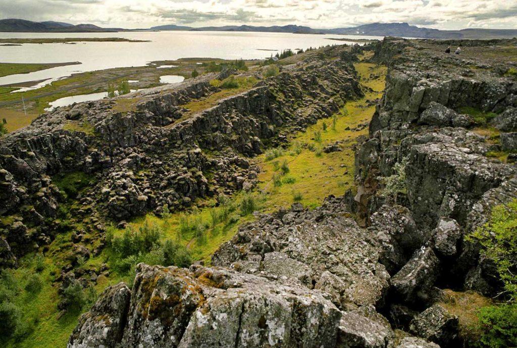 Erdspalten am Ufer des Thingvallavatn