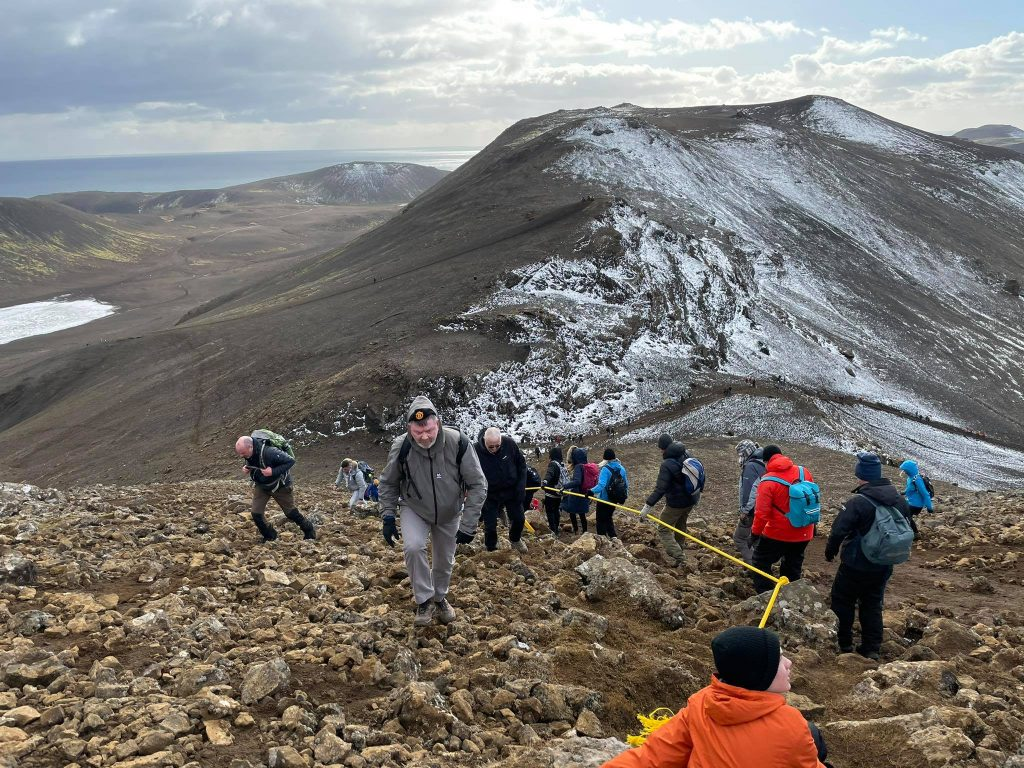 Wanderer auf dem Weg zum Vulkanausbruch Fagradallsfjall Island