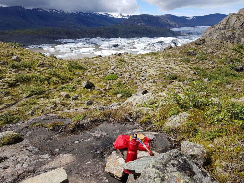 Picknick mit Blick auf die Gletscherlagune des Hoffellsjökull