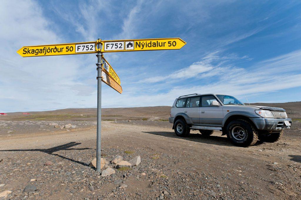 Wegweiser auf Island mit Jeep