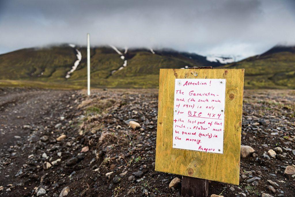 Hinweisschild neben Straße auf Island