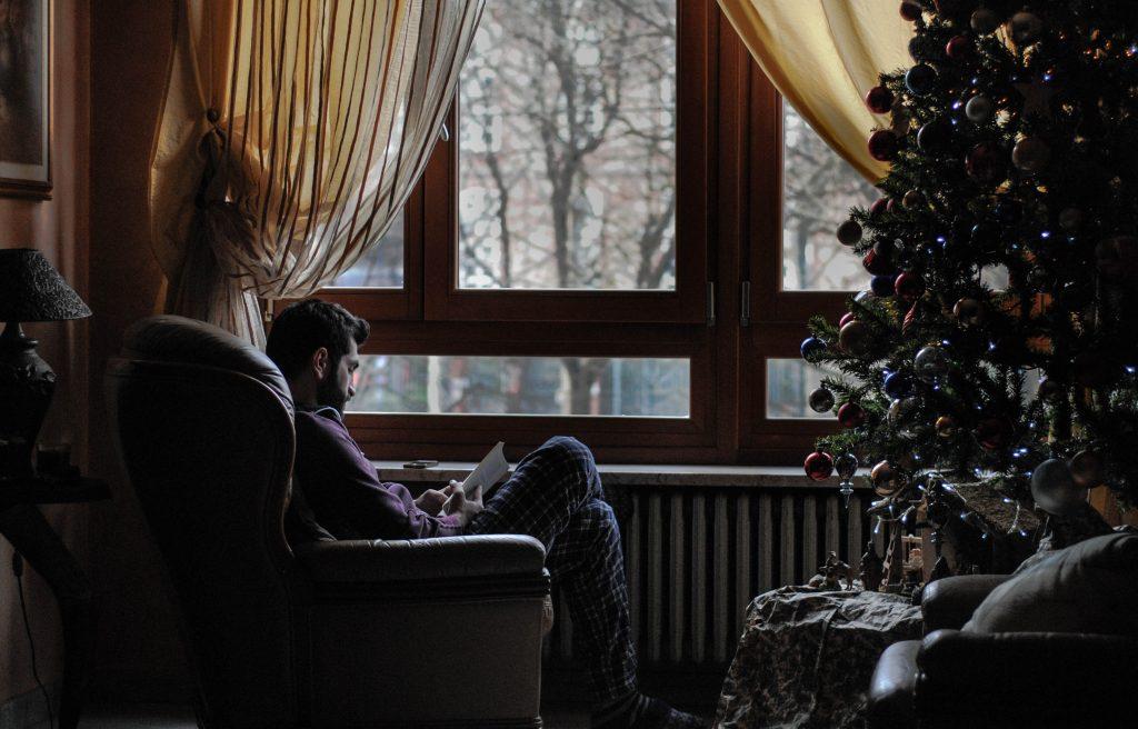 Zu einem perfekten Weihnachten in Island gehört auch das Lesen von Büchern, die als Geschenk unter dem Weihnachtsbaum lagen.