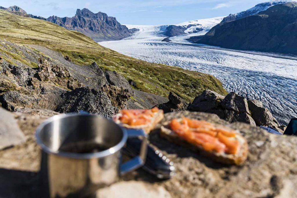 Brotzeit beim Blick auf die Gletscherzunge des Skaftafellsjökull.