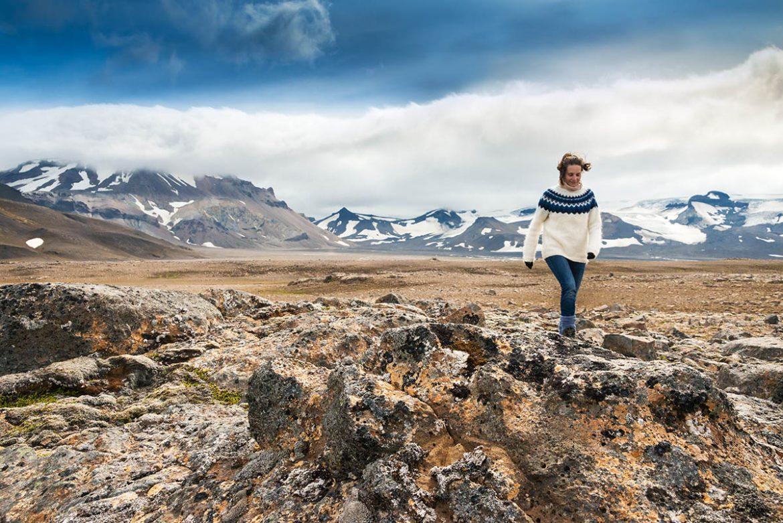 Frau mit Islandpullover wandert im Hochland Islands