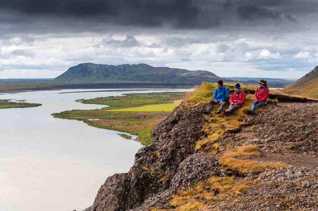Mit Mütze, Regenjacke und Co. seid ihr für den Herbst in Island perfekt gewappnet.