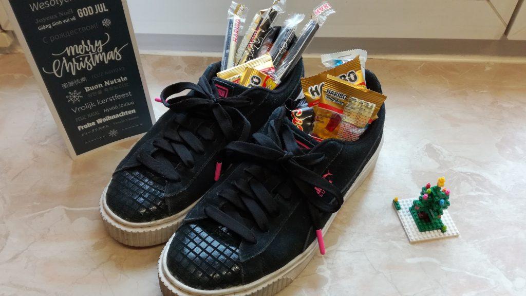 isländische Tradition zu Weihnachten: Schuhe auf der Fensterbank, mit Süßigkeiten gefüllt
